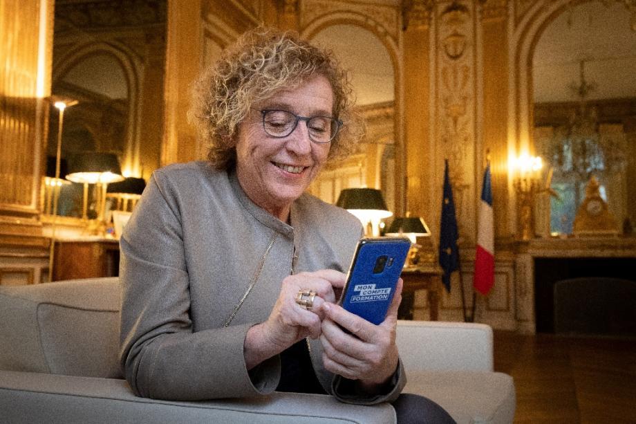 """La ministre du Travail, Muriel Pénicaud présente l'appli """"moncompteformation"""", dans son bureau à Paris, le 15 novembre 2019"""