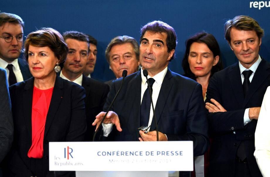 Le président des  Republicains (LR) Christian Jacob entouré d'autres membres du parti dont François Baroin (d) lors d'une réunion à Paris, le 23 octobre 2019