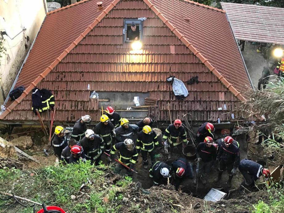 60 sapeurs-pompiers sont sur place parmi lesquels une équipe de sauvetage déblaiement cynotechnique et l'équipe médicale restent maintenus sur place.