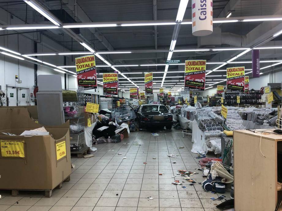 Le spectaculaire accident a fait quatre blessés légers.
