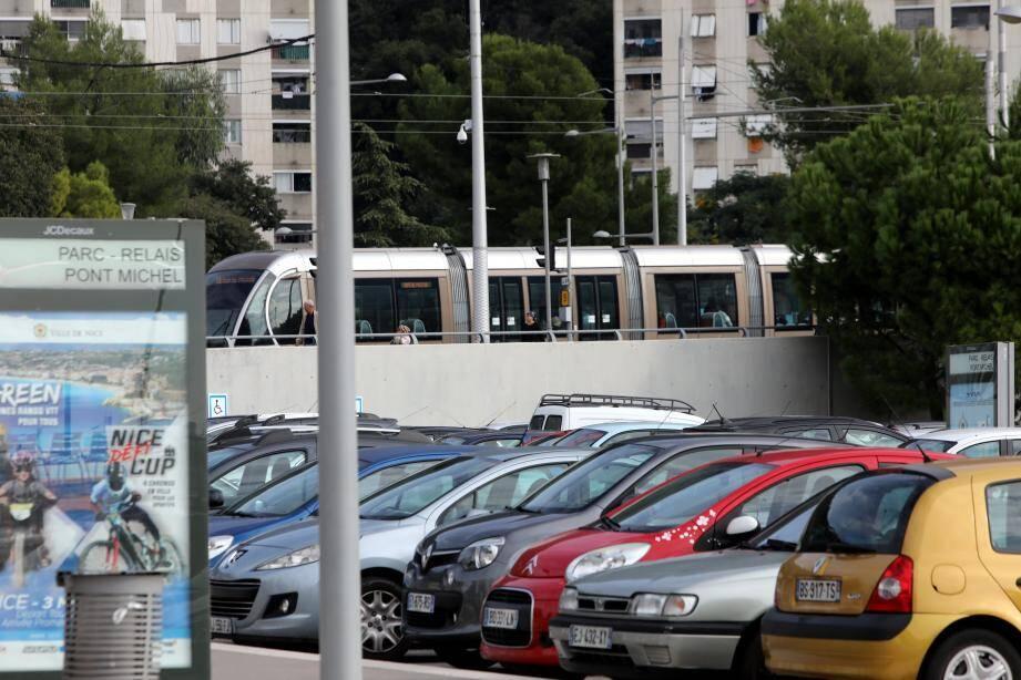 Mardi à Pont-Michel. Aucune voiture ne peut être stationnée 24 h/24 dans les parcs relais liés au réseau de tram.