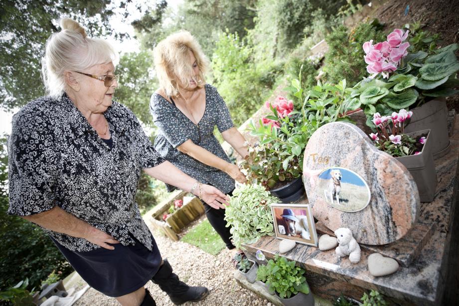 À gauche, Danielle est la gardienne de ce cimetière pour animaux. Elle est accompagnée de Fabienne qui se recueille sur la tombe de son golden retriever, Tao.