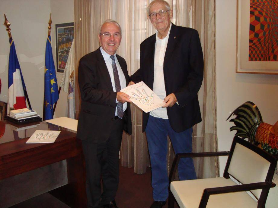 Daniel Ledent remet la plaquette « sport et santé » au maire Jean Leonetti.