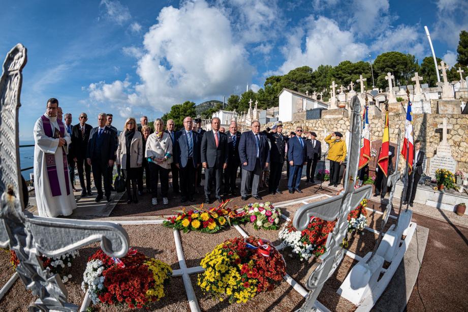 Les personnalités devant le Carré militaire.