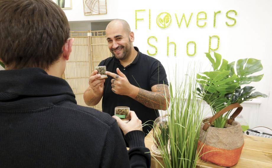 Anthony Mamone, gérant de Flower's shop à Cannes et Mandelieu, vante les vertus apaisantes des produits à base de CBD. Il est convaincu que leur usage dans un cadre précis peut apporter un bien-être à des personnes souffrantes.