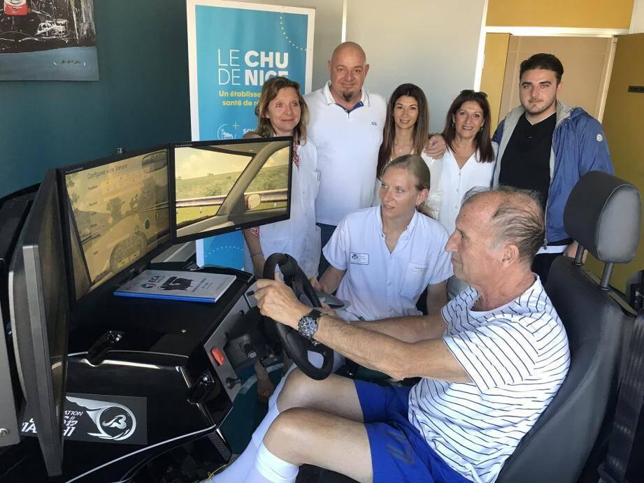 Jean-Louis reprend doucement la conduite, en arrière-plan, le Dr Manuela Fournier (à gauche) et la famille Bianchi sans qui ce simulateur ne serait pas là.