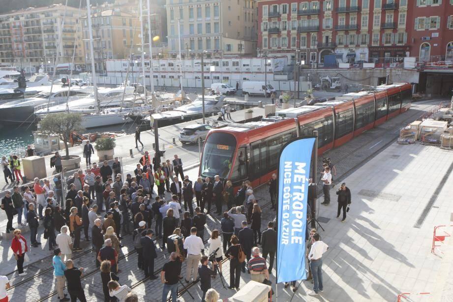 Le tramway à son arrivée sur le quai.
