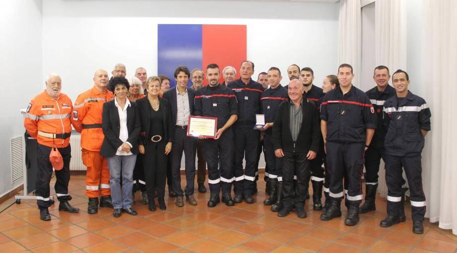Le capitaine Wiik, sapeurs-pompiers et bénévoles ont été remerciés pour leur action efficace lors de l'incendie du 25 juillet.