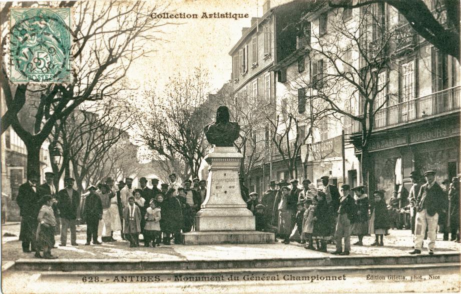 Beaucoup d'Antibois ont pris la pose au moment où la photo suscitait curiosité et fierté auprès du monument de Championnet.