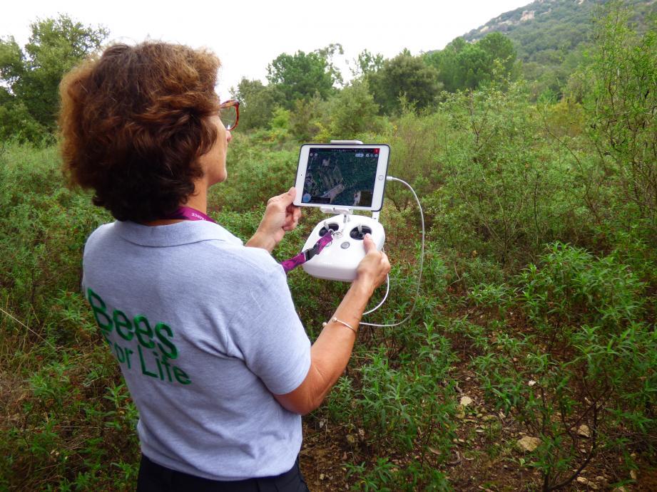 Isabelle Le Tellier, télépilote d'Air d'Eco, est à la manœuvre. En même temps que le drone mitraille de photos son plan de vol, un autre appareil (à droite) permet de visualiser en direct les captations thermiques qu'il enregistre.