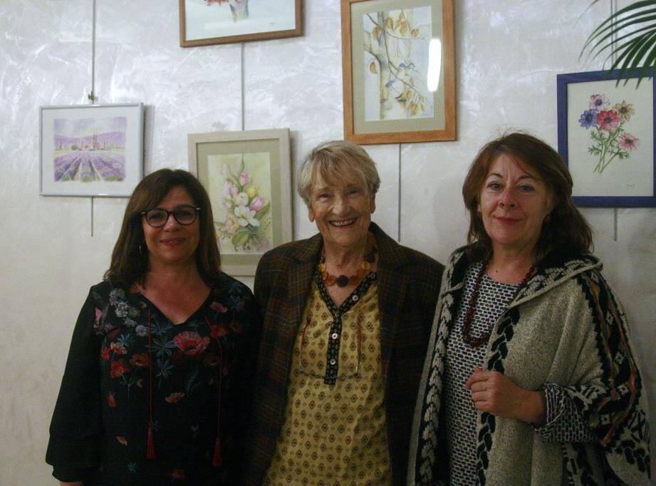 Rose-Marie Matton, Françoise Grosjean, la présidente du GEA et Marie-France Cat, la petite-nièce de Jacqueline Verdini lors du vernissage.