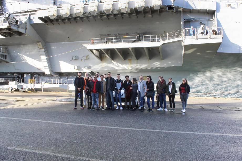 Les volontaires de l'école de la deuxième chance ont embarqué à bord du porte-avions à la rencontre des jeunes marins et des officiers.