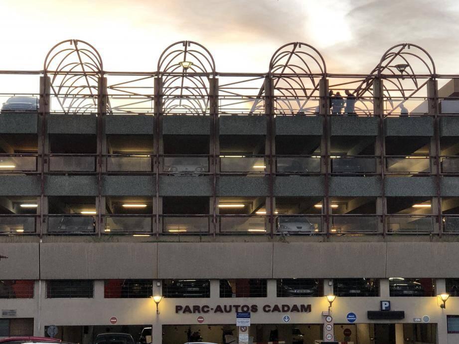 Des silhouettes d'hommes, souvent au téléphone, étaient visibles au dernier étage du parc autos, hier après-midi, durant les négociations. Photo Christophe Cirone