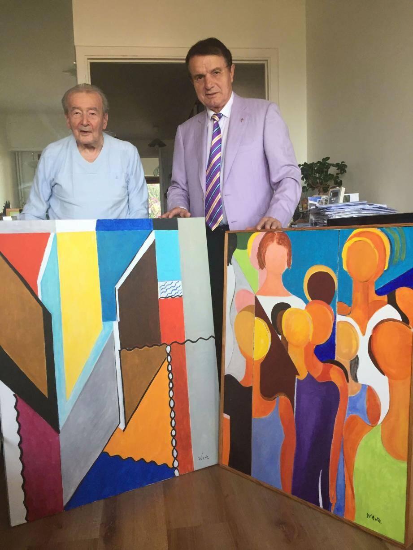 Le Dr Marcel Legros remet deux toiles à Richard Conte pour l'association Adrien.(DR)