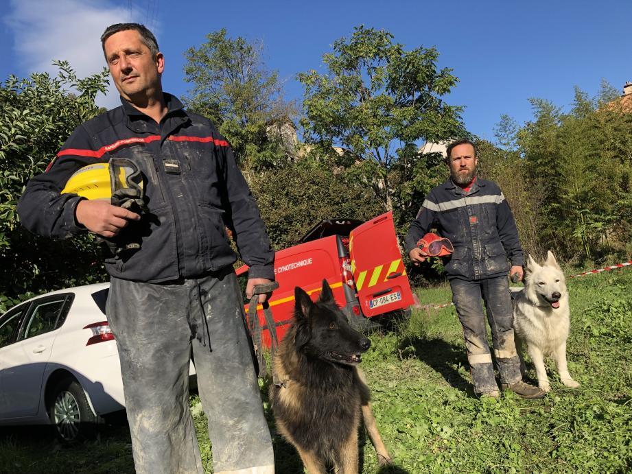 L'adjudant-chef Hervé Blanquart avec son chien Ebola, devant Julien Mennenson et Fenzy.