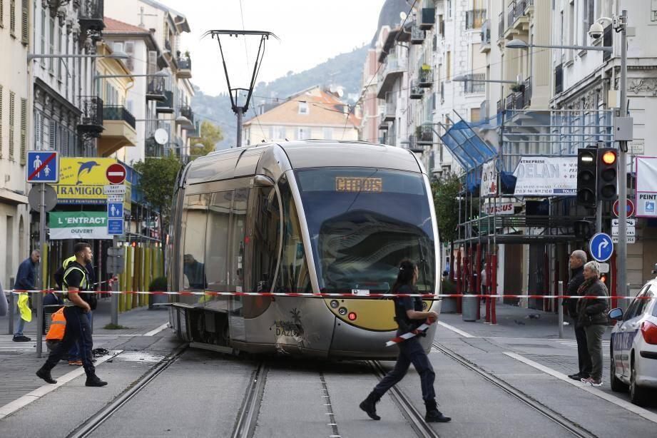 Dimanche 13 octobre, le tramway, percuté par une voiture à l'angle de l'avenue de la République et la rue Caissotti, a déraillé. Entraînant de longues perturbations sur le réseau.