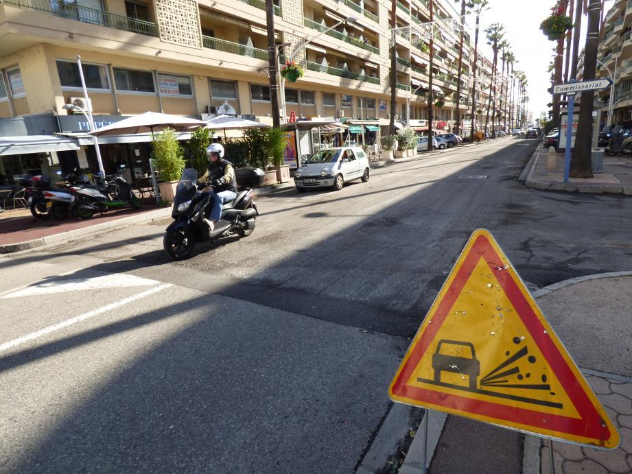 Le rainurage de la chaussée d'une partie du boulevard du Maréchal-Juin complique la circulation, notamment pour les deux-roues.