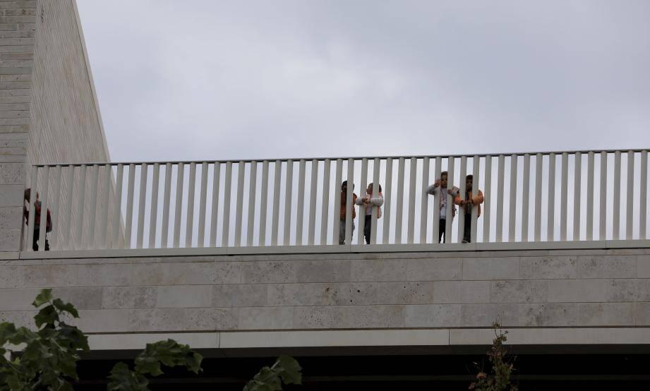 La barrière de la cour de récréation, située au deuxième étage du bâtiment, inquiète certains parents d'élèves.