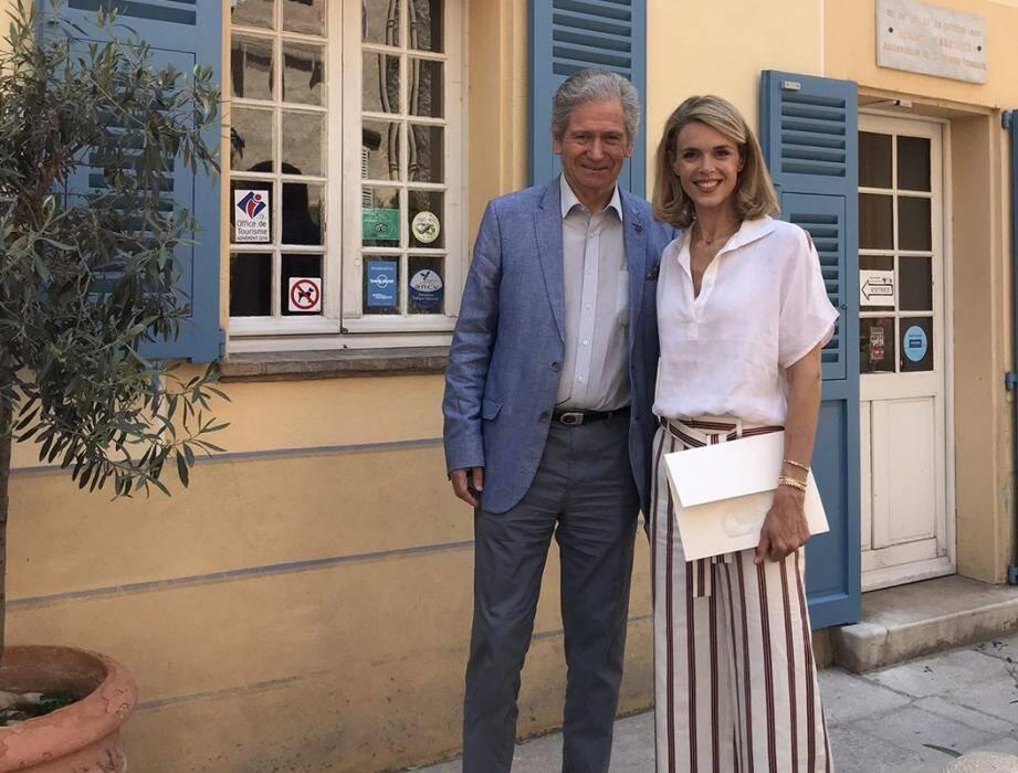 Julie Andrieu aux côtés de Michel Escoffier, arrière-petit-fils du chef, à l'occasion du tournage de l'émission « Le festin de Julie ».