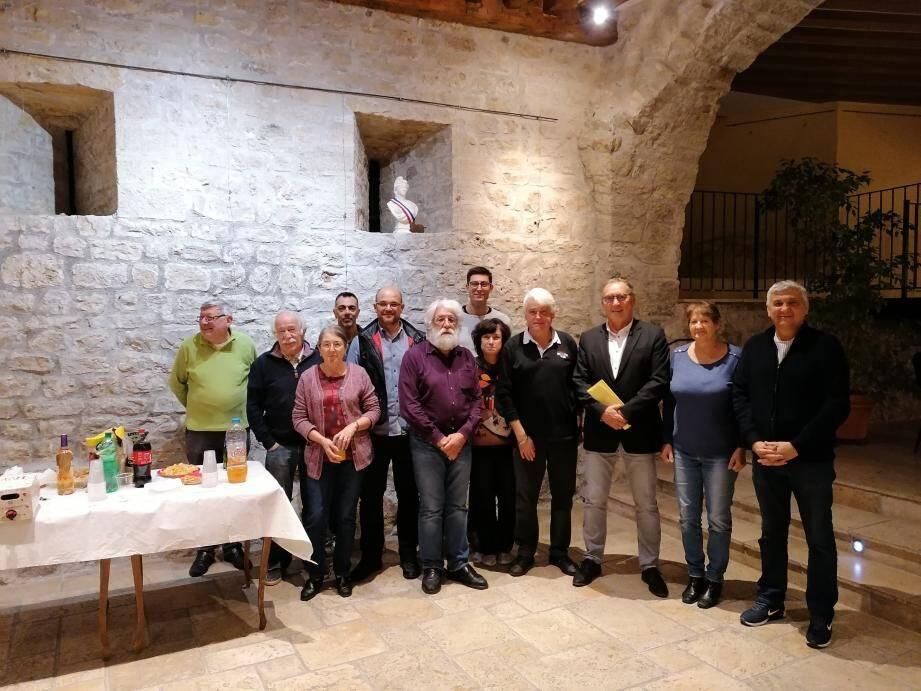 Les Baladins des restanques accompagnés du maire Patrick Genre et de plusieurs élus.