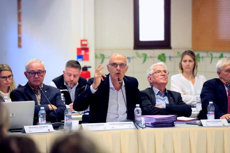 Le président de l'agglo Sud Sainte Baume et maire de Sanary Ferdinand Bernhard a justifié son blocage du projet de nouvelle gendarmerie au Beausset face à la critique du conseiller communautaire Édouard Friedler (opp. Le Beausset).