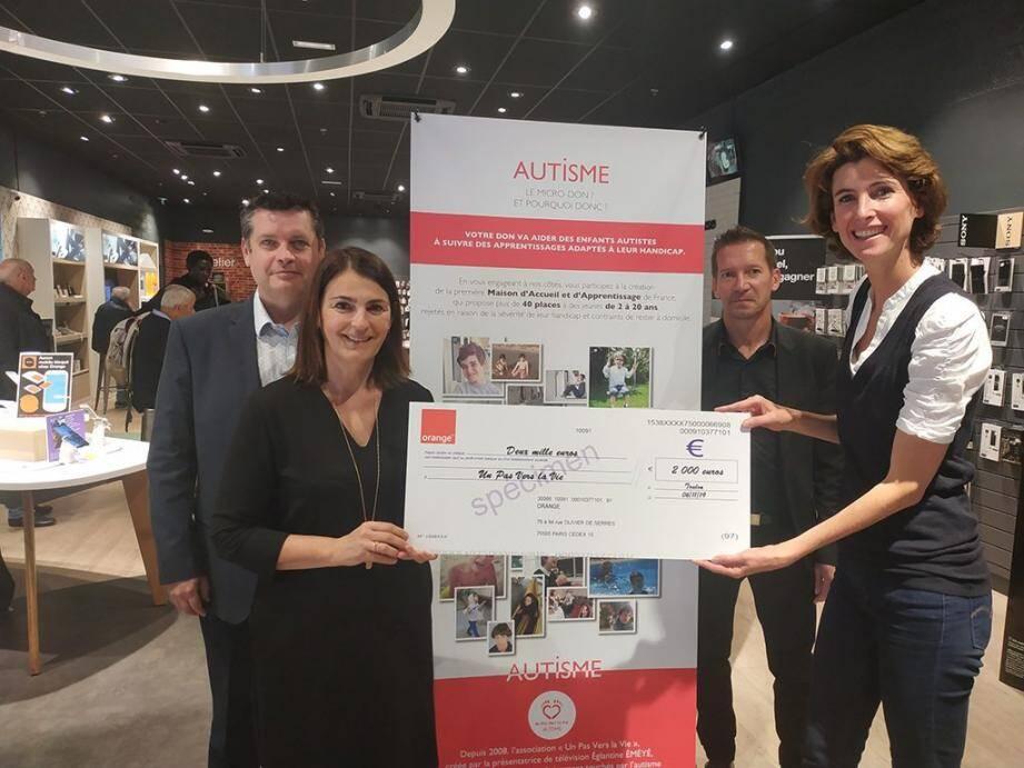 Les responsables d'Orange ont remis à l'association Un Pas vers la vie, dirigée par Sandrine Cœur-Bizot (à droite) un chèque de 2 000 euros, et mettent aujourd'hui à contribution leurs clients pour participer à la campagne de micro-don organisée par les deux entités.