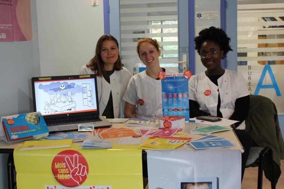 Fanny, Ilona et Habibatou étaient installées à l'accueil de l'hôpital.