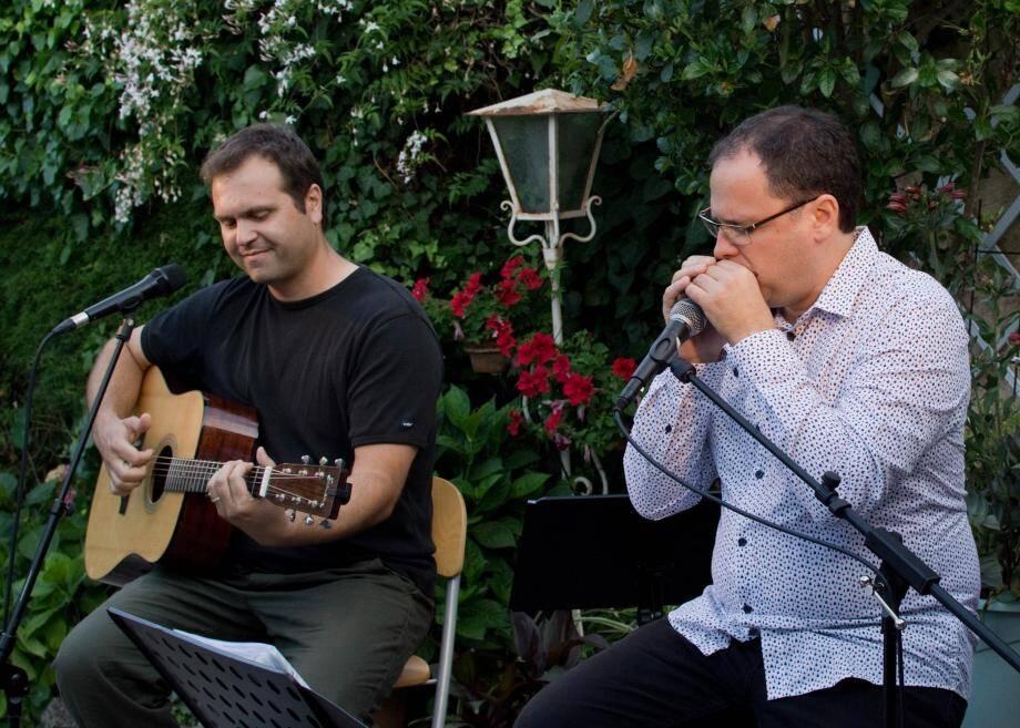 Compositions, improvisations et échanges entre Jérôme Peyrelevade à la guitare et Cyril Cianciolo à l'harmonica et chant.