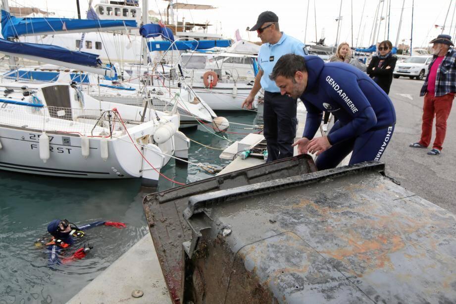 De grosses prises pour les bénévoles qui, cette fois, ont traqué les déchets sur la partie proche du Fort-Carré, sous les pannes flottantes .