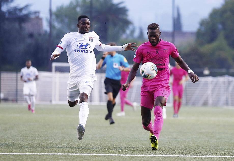 Le buteur Mafouta (à droite) et les Grassois sont invaincus depuis neuf matchs en championnat, avant la réception de Hyères à 18 heures.