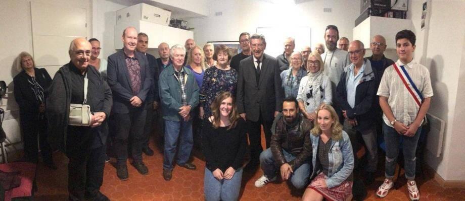 Le président du Photo Club Diaphragme et Lumière Thierry léger (4e à droite, avec la barbe) Robert Bénéventi (au centre en costume) entourés des membres du club et conseillers municipaux.