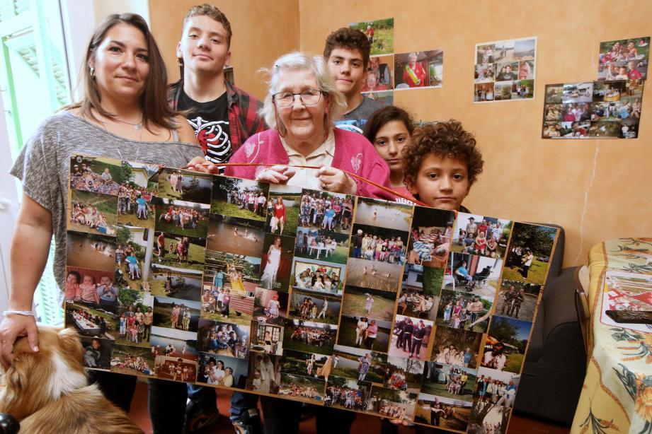 Présentant une partie des photos de sa grande famille, Thérèse est entourée de quatre de ses cinquante-cinq arrière-petits-enfants. Il y a (de gauche à droite) Théo, 16 ans, Ethan, 14 ans, Auriane, 10 ans, et Nevan, 8 ans. Ils posent avec leur maman, Gaëlle, compagne de Damien, l'un de ses trente-quatre petits-enfants…