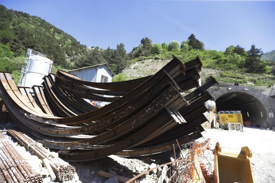 Ferraillage, cintres métalliques, parpaings... Tout le matériel laissé à l'abandon sur le chantier