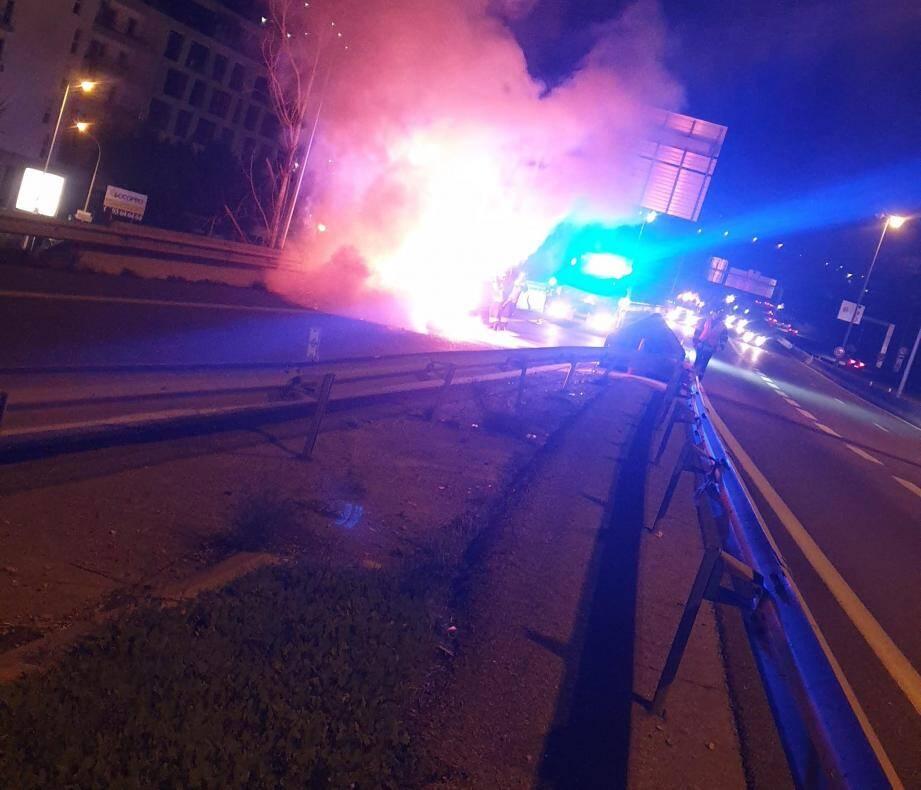 Une photo de la voiture en feu, prise par Carine, quelques minutes après avoir réchappé du brasier in extremis.(DR)