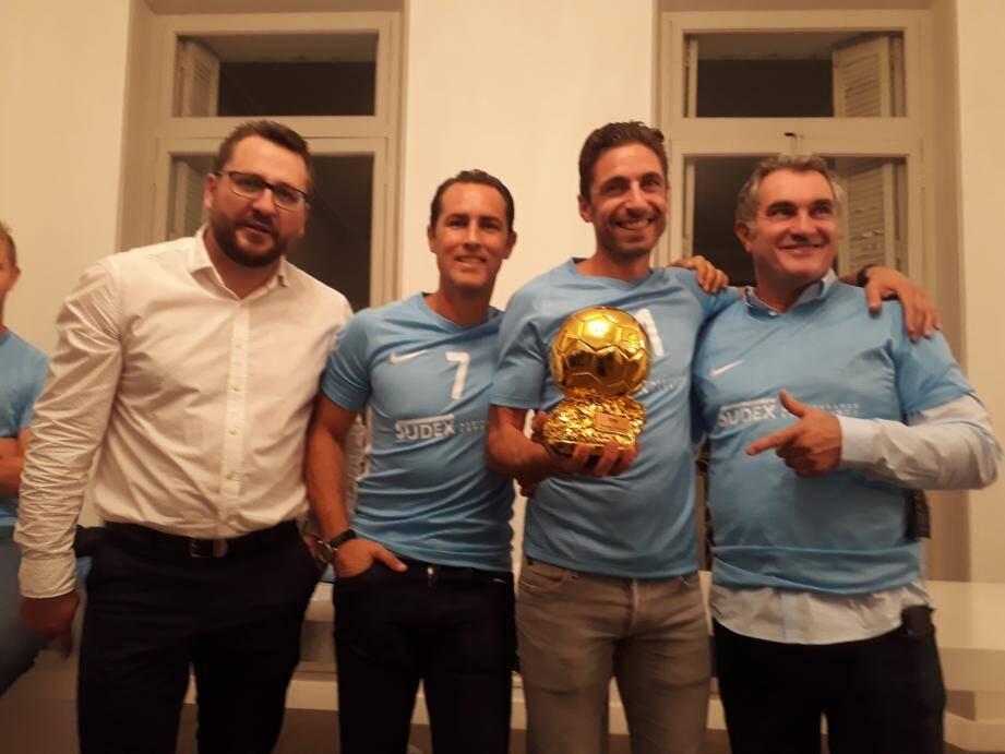 Les responsables de l'association ont remis à Benjamin, un symbolique ballon d'or du meilleur joueur., Jean-Marc Ferreri était présent (à droite).