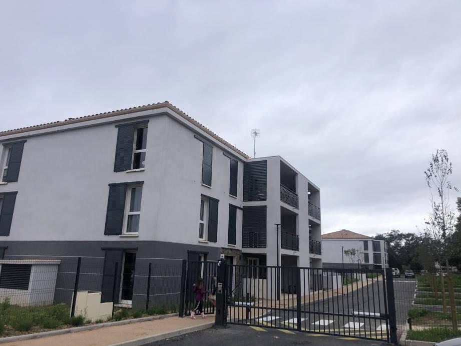 La résidence Les Jardins de Manon, situé sur l'avenue de Toulon (face à la gendarmerie) est l'un des derniers programmes immobiliers où la ville a pu disposer de logements sociaux.