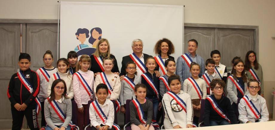 Le maire Didier Bremond accompagné de Véronique Delfaux, adjointe aux affaires scolaires, Aurélie Fulachier, adjointe à la jeunesse, et Laurent Nedjar, adjoint aux sports, ont présenté leur équipe municipale de jeunes élus.