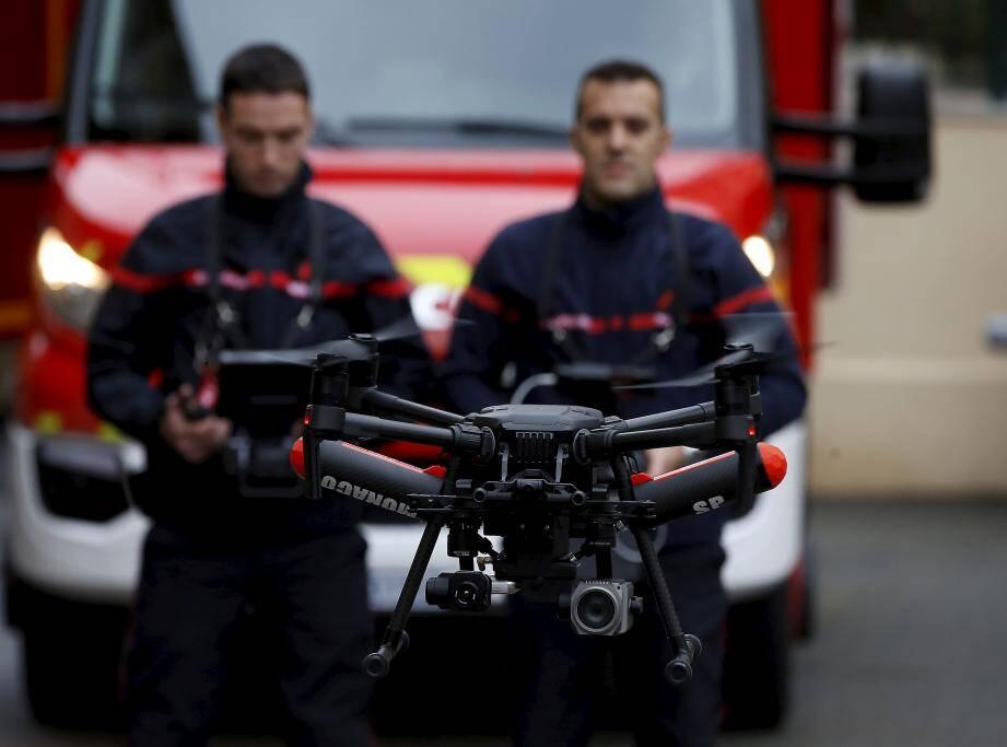 Un drone est systématiquement déployé en binôme. L'engin peut basculer à tout moment en mode infrarouge pour détecter les points chauds. Un appareil est aussi utilisé pour le calcul du vent.