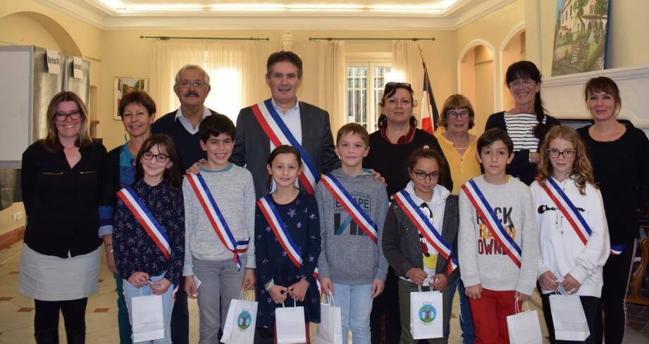 Élus en la maison commune les nouveaux membres du conseil municipal des jeunes arborent avec fierté l'écharpe tricolore.