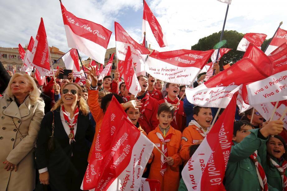 """Concert de """"hourras"""" et drapeaux rouges et blancs virevoltants: tradition respectée de Fête nationale du côté de la population monégasque."""