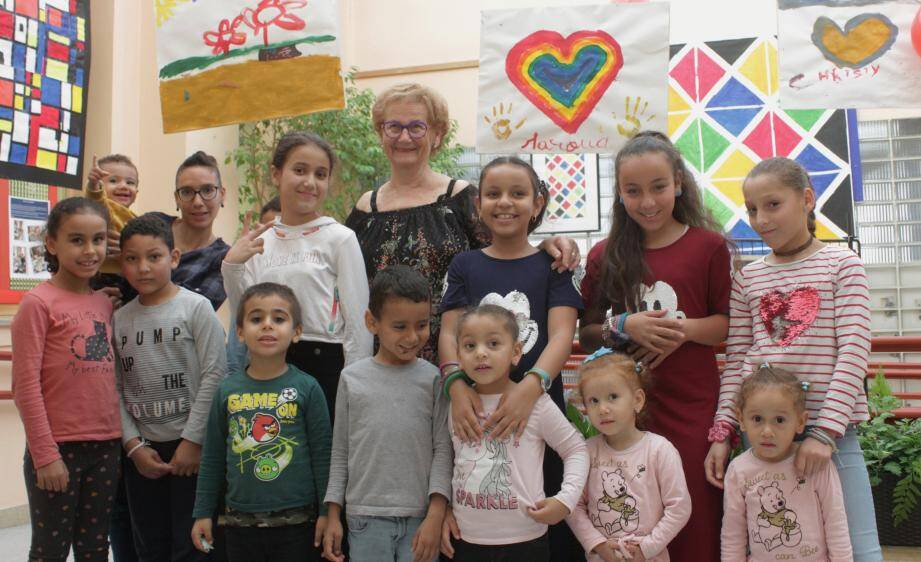 Les jeunes artistes aux côtés de Suzanne Avon, présidente.