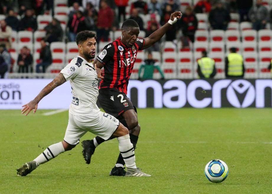 Stanley Nsoki devrait enchaîner une deuxième titularisation de suite, à Lyon samedi. A gauche ou dans l'axe? Vieira hésite.