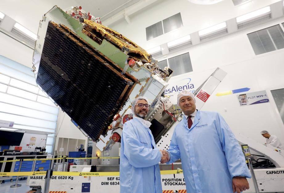 Yohann Leroy directeur général délégué d'Eutelsat et Jean-Loïc Galle, pdg de TAS devant le satellite Konnect en partance...