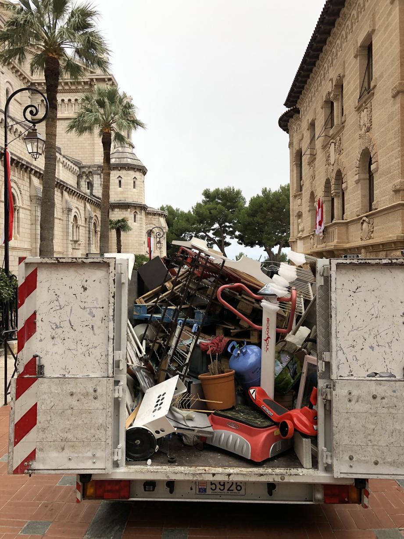 En à peine une heure, la benne est remplie d'objets parfois insolites ou encore en état de marche. Quel gaspillage...