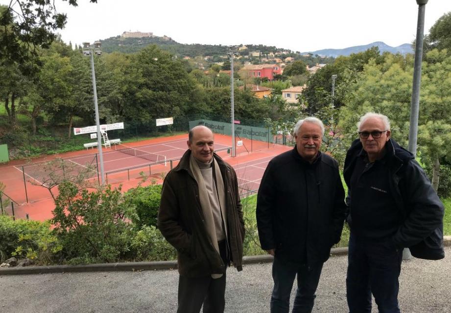 Maitre Franck Bourrel, avocat du CSMS, Philippe Martinenq et Christian Abran, co-présidents, devant le complexe Barban.