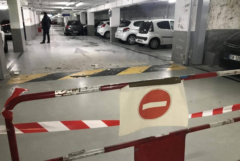 La chute de petits blocs de béton dans le parking de l'Arénas a provoqué nombre de rumeurs.