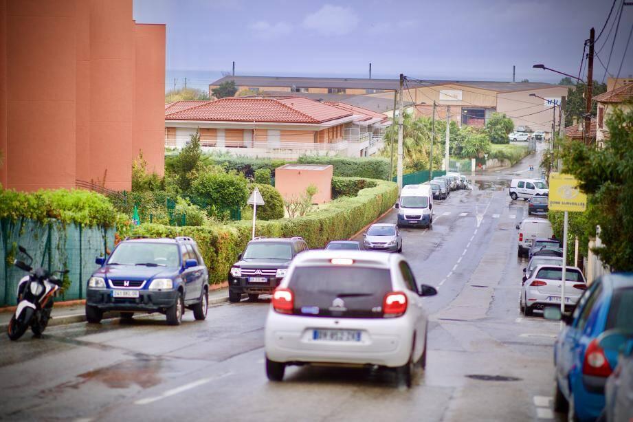 """La future """"coulée verte"""" rejoindra le boulevard du Val Claret (en bas à droite) à la route du bord de mer. Le passage devrait s'effectuer au niveau du parking du Fort Carré (en haut). Il passera sur une partie de la copropriété Les Romarins et des terrains dits Mauro (bâtiments gris au centre)."""