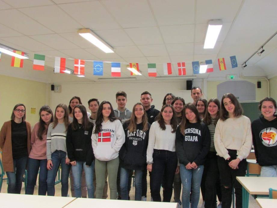 Les seize élèves espagnols de la seconde binationale franco-espagnole Bachibac de Terrassa (périphérie de Barcelone) en visite à Hyères, avec leurs professeurs Olga et Marta, ainsi que Patrice Mesnard, professeur d'espagnol de cette section au lycée Jean-Aicard.