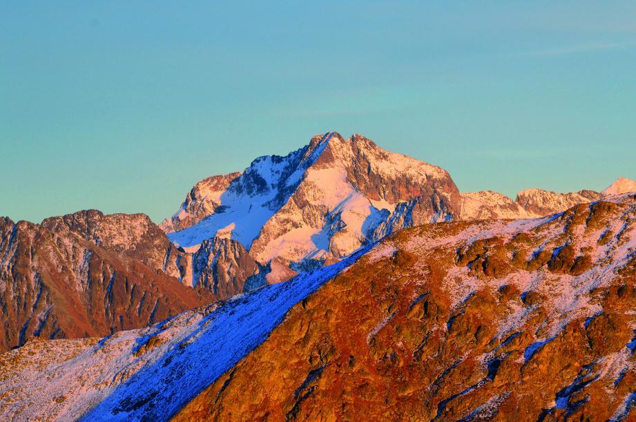 La cime du Gélas (3 143 m) tire son nom des glaciers qui tapissaient ses versants au XIXe siècle.