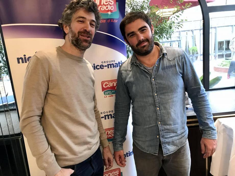 Cyril Gelblat (à droite) et le scénariste Julien Sibony, prennent la pose sans avoir recours au selfie, lors du déjeuner Cannes Radio/Nice-Matin au Majestic. Leur comédie sort le 15 janvier : connectés!